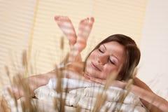 Balneario - mujer joven en el tratamiento del masaje de la salud Fotos de archivo libres de regalías