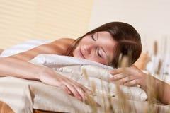 Balneario - mujer joven en el tratamiento del masaje de la salud Fotografía de archivo