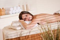 Balneario - mujer joven en el tratamiento del masaje de la salud Foto de archivo
