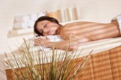 Balneario - mujer joven en el tratamiento del masaje de la salud Imágenes de archivo libres de regalías