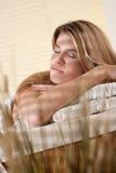 Balneario - mujer joven en el tratamiento del masaje de la salud Imagenes de archivo
