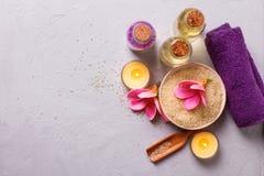 Balneario o ajuste de la salud en colores amarillos y violetas Imágenes de archivo libres de regalías