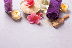 Balneario o ajuste de la salud en colores amarillos y violetas Fotografía de archivo libre de regalías