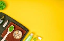 Balneario o ajuste de la salud en colores verdes Las botellas con el aroma esencial engrasan, las toallas, sal del mar en fondo a Imagen de archivo libre de regalías