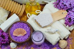 BALNEARIO - Sal aromática del mar y jabón perfumado, velas y aceite perfumado y accesorios del masaje para el masaje y el baño Fotos de archivo libres de regalías