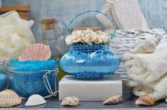 BALNEARIO - Sal aromática del mar y jabón perfumado, velas y aceite perfumado y accesorios del masaje para el masaje y el baño Foto de archivo libre de regalías
