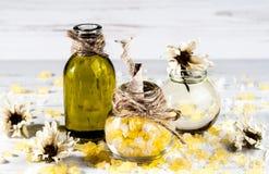 Balneario, sal de baño, aceite, hierbas en una tabla de madera Fotos de archivo