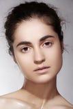 Balneario, salud y cuidado Modelo moreno hermoso de la mujer con la piel limpia Imagenes de archivo
