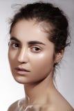 Balneario, salud y cuidado Modelo moreno hermoso de la mujer con la piel limpia Fotos de archivo