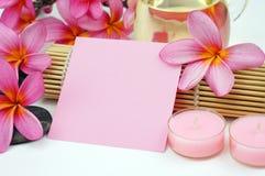 Balneario tropical que fija la nota de papel rosada blanca sobre el fondo blanco Foto de archivo