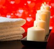 Balneario, velas blancas y toalla apilados en el concepto de madera del día de San Valentín de la tabla Imagen de archivo libre de regalías