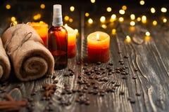 Balneario y centro de la salud con la sal de baño y toallas y velas aromatherapy, cuidado de piel y concepto de la salud fotografía de archivo libre de regalías