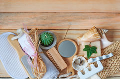 Balneario y configuración de la salud con el jabón, las velas y la toalla naturales Foto de archivo libre de regalías