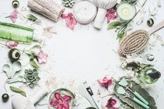 Balneario y fondo de la salud con las flores, los productos cosméticos de la piel y otros cuidado del cuerpo y accesorios del mas Fotos de archivo
