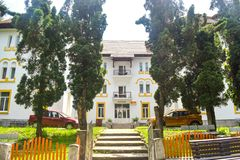 balneary手段的伯伊莱奥勒内什蒂Restaurated旅馆 罗马尼亚热量手段旅行目的地 伯伊莱奥勒内什蒂,瓦尔恰县- 免版税库存照片