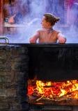 Balneology -沐浴在有矿泉水contai的生铁大桶 免版税图库摄影