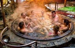 Balneology - badning i gjutjärnvats med mineralvattencontai royaltyfri fotografi