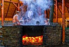 Balneology - banhando-se em umas cubas do ferro fundido com o contai da água mineral Imagens de Stock Royalty Free