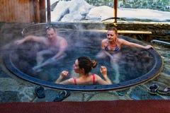 Balneology - banhando-se em umas cubas do ferro fundido com o contai da água mineral Fotos de Stock Royalty Free