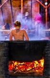 Balneology - banhando-se em umas cubas do ferro fundido com o contai da água mineral Fotos de Stock