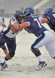 Balompié 2011 del NCAA - bloqueando en la nieve Fotos de archivo