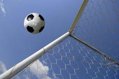 Balompié - balón de fútbol en meta imagen de archivo
