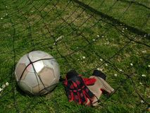 Balompié - balón de fútbol en meta Fotografía de archivo