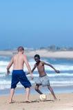 Balompié en la playa, Porth Elizabeth Fotos de archivo