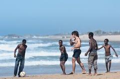 Balompié en la playa, Porth Elizabeth Foto de archivo
