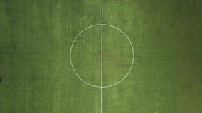 Balompié verde field Futbolistas en el campo Rayas blancas en el campo de fútbol verde almacen de metraje de vídeo