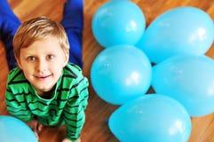 balonów błękitny chłopiec podłogowy target1152_0_ drewniany Zdjęcia Royalty Free