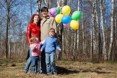 balonów dzieci rodziców parka spacer Zdjęcia Stock