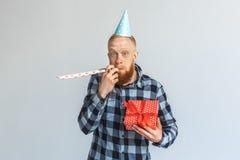balon kiście kalendarza pojęcia daty urodzin gospodarstwa, miniatura człowieka szczęśliwa pozycję Dojrzały mężczyzna w nakrętki p fotografia royalty free