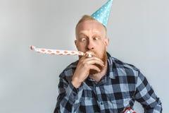 balon kiście kalendarza pojęcia daty urodzin gospodarstwa, miniatura człowieka szczęśliwa pozycję Dorośleć mężczyzny patrzeje nos fotografia royalty free