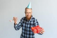 balon kiście kalendarza pojęcia daty urodzin gospodarstwa, miniatura człowieka szczęśliwa pozycję Dorośleć mężczyzny w nakrętki p zdjęcie royalty free