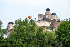 Balon nad kasztelem w Trencin, Sistani Fotografia Royalty Free