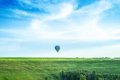 Balon w niebie nad horyzont obraz stock
