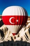 Balon z turecczyzny flag? Balony w niebie nad Turcja przy wsch?d s?o?ca Kolorowy gor?cego powietrza balonu chodzenie kolorowy w n fotografia royalty free
