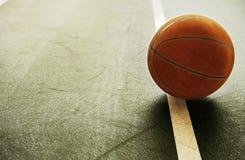 Baloncesto anaranjado del vintage de Brown viejo en el deporte interior GR del gimnasio Imágenes de archivo libres de regalías