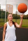 Baloncesto atractivo del tiro de la mujer Imagen de archivo