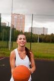Baloncesto atractivo del tiro de la mujer Imagenes de archivo