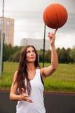 Baloncesto atractivo del tiro de la mujer Fotografía de archivo