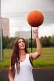 Baloncesto atractivo del tiro de la mujer Imágenes de archivo libres de regalías