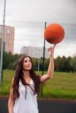 Baloncesto atractivo del tiro de la mujer Foto de archivo