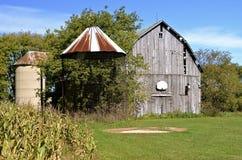 Baloncesto del granero con el corncrib y el silo Foto de archivo