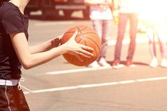 Baloncesto del juego de las mujeres Imagen de archivo libre de regalías