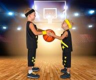 Baloncesto del juego de niños Bola del juego de dos hermanos Imagen de archivo libre de regalías