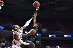 2014 baloncesto del NCAA - acción del juego del templo de Towson @ Fotos de archivo