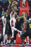 2014 baloncesto del NCAA - acción del juego del templo de Towson @ Fotografía de archivo libre de regalías