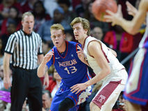 2014 baloncesto del NCAA - el baloncesto de los hombres Imágenes de archivo libres de regalías